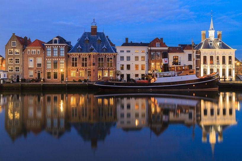Maassluis oude haven in schemering van Marcel Tuit