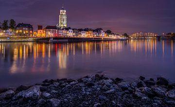 Skyline Deventer bij nacht van Patrick Rodink