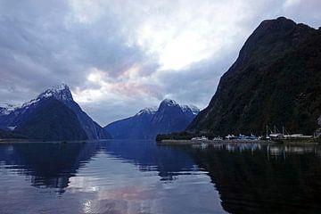 Mitre Peak  in Milford Sound bij zonsondergang in Nieuw Zeeland van Aagje de Jong