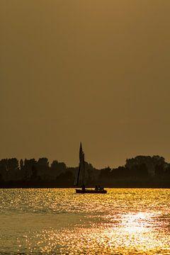 Zeilen bij zonsondergang van Ilse Schoneveld