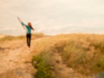 Vrijheid;Roodharig meisje met vlieger in de duinen van Elke van Hessem