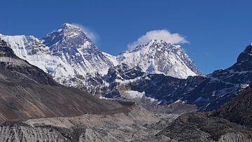 Mount Everest mit Ngozumpa-Gletscher von Timon Schneider