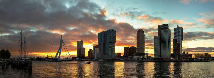 Wilhelminapier met een silhouet achtige zonsopkomst te Rotterdam van Anton de Zeeuw