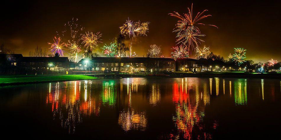 Vuurwerk reflectie - nieuw jaar 2016 van Nando Harmsen