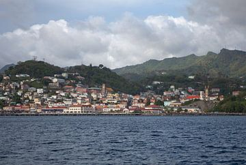St. George's (Grenada - Caribisch gebied) gezien vanaf de zee van t.ART