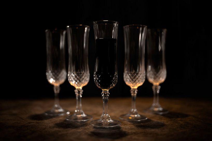 Stilleven kristallen glazen en oranje gloed van Steven Dijkshoorn