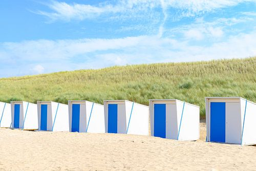 Strandhäuser auf dem Strand vor Sanddünen