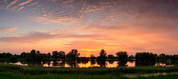Sunset over the river IJssel  sur Sjoerd van der Wal