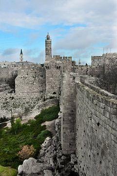 Mittelalterliche Mauern von Jerusalem. Alter Stein, düstere Himmel. Düstere Türme und Festungsmauern von Michael Semenov