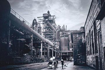 Hochofen entlang der Alten Emscher im Landschaftspark Duisburg-Nord. Hüttenwerk mitten im Ruhrgebiet von Jakob Baranowski - Off World Jack