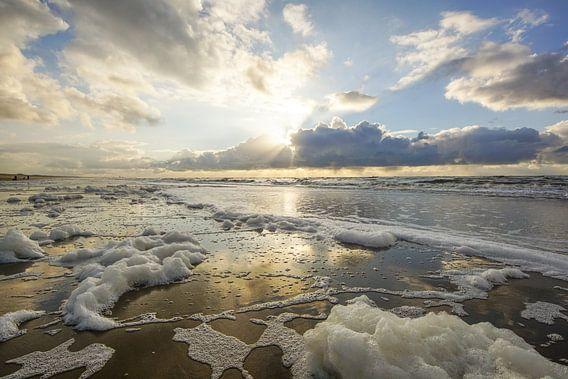 Zeeschuim aan de kust