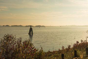 Grevelingenmeer bij zonsondergang van Helene van Rijn