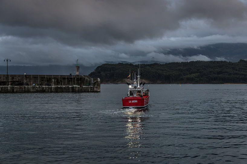 Kleine vissersboot verlaat de haven vlak voor donker van Harrie Muis
