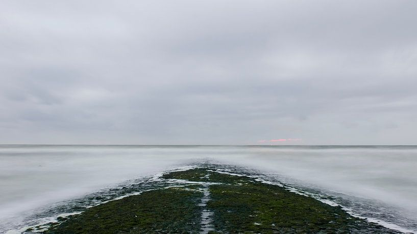 Pier van de Hondsbossche zeewering in het donker van Pierre Timmermans
