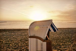 Strandkorb am Strand bei Sonnenaufgang
