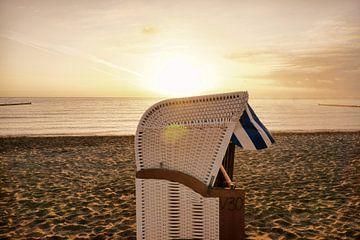 Wicker Beach chair on the beach at sunrise van