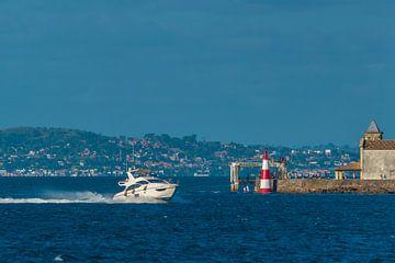 Der Humaita Point in genau dem Moment, als ein Schnellboot in der Stadt Salvador in Brasilien vorbei von Castro Sanderson