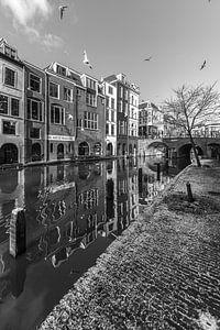 Besneeuwde werf aan de Oudegracht in Utrecht in zwart-wit van