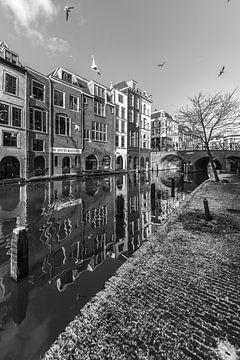 Besneeuwde werf aan de Oudegracht in Utrecht in zwart-wit van De Utrechtse Grachten