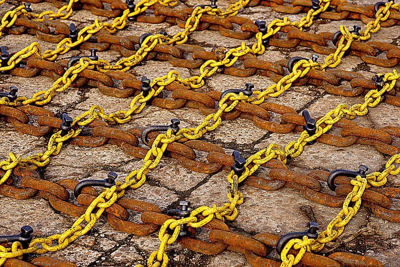 Yellow and rusty chains in the port of Vlissingen. von Alice Berkien-van Mil