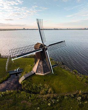 Molen aan het water in het Friese landschap van Ewold Kooistra