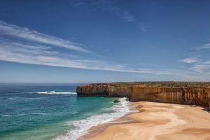 De twaalf apostelen in de oceaan met een mooie blauwe lucht op de great ocean road in Port Cambell,