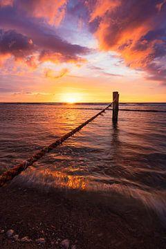 they sink (farbenfroher Sonnenuntergangsstrand Domburg) von Thom Brouwer