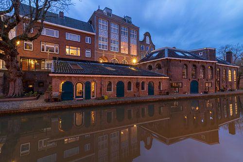 Utrecht in de avond: voormalige bierbrouwerij De Boog aan de Oudegracht