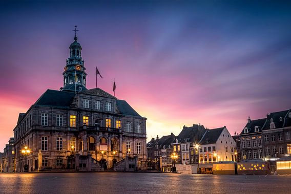 Markt, stadhuis Maastricht tijdens zonsopkomst