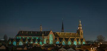 Die Gouda-Gläser der St. John's Church in Gouda werden von innen beleuchtet von Gouda op zijn mooist
