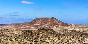 """De uitgedoofde vulkaan genaamd """"El Mojon"""" op het kleine eilandje La Graciosa, Canarische E"""