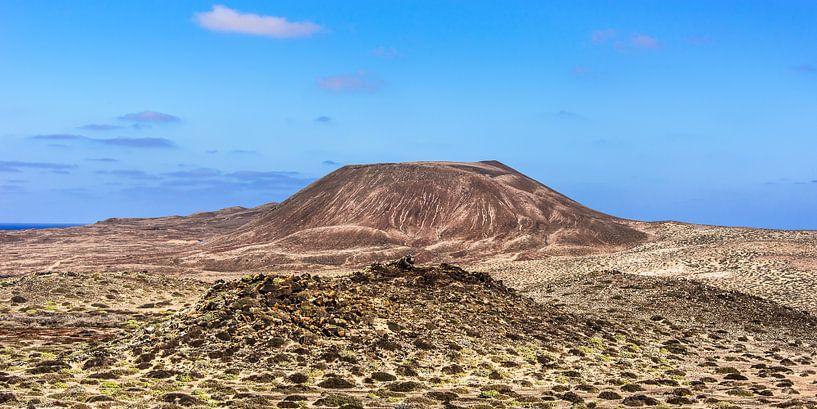 """De uitgedoofde vulkaan genaamd """"El Mojon"""" op het kleine eilandje La Graciosa, Canarische E van Harrie Muis"""