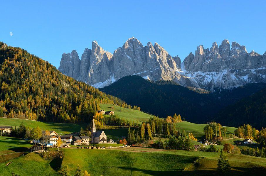 Landschap met kerkje in de Dolomieten in de herfst
