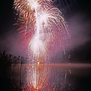 Vuurwerk in de Pfäffiker See bij Zürich van Rainer Elpel