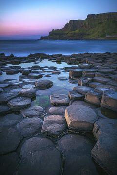 Ierland Giant's Causeway kust op het blauwe uur van Jean Claude Castor