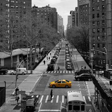 Yellow cap (taxi) in New York in zwart wit en geel van Renske Breur