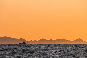 Silhouet van een vissersboot bij zonsondergang - Vesteralen, Noorwegen