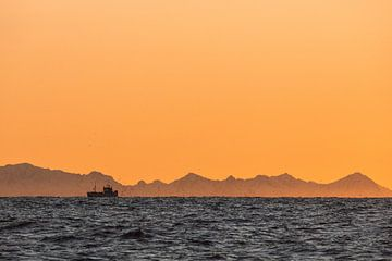Silhouet van een vissersboot bij zonsondergang - Vesteralen, Noorwegen von Martijn Smeets