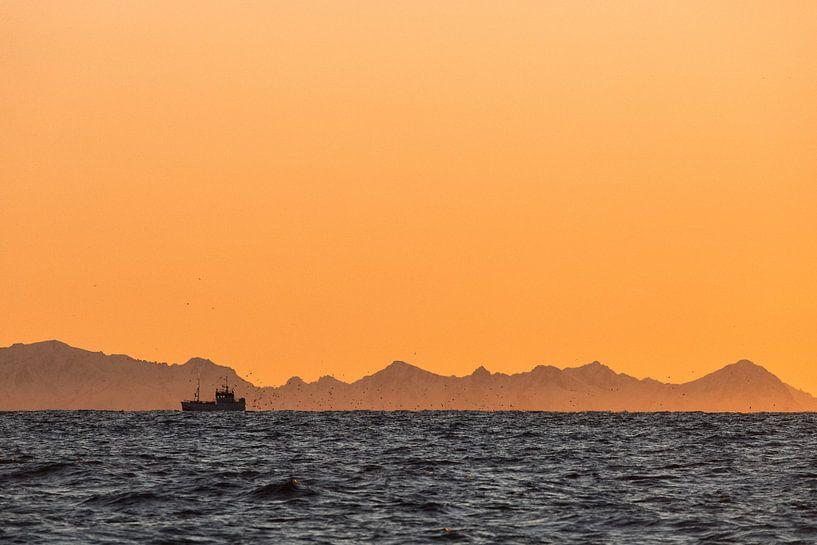 Silhouet van een vissersboot bij zonsondergang - Vesteralen, Noorwegen van Martijn Smeets