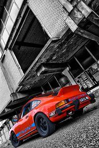 Oranje Porsche 911 voor vervallen pand in zwart wit