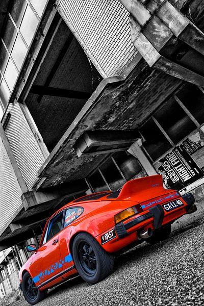 Oranje Porsche 911 voor vervallen pand in zwart wit von 2BHAPPY4EVER.com photography & digital art