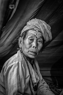 Vrouwlijke sadhoe in het tentenkamp van de Kumbh Mela in Haridwar India. Wout Kok One2expose van