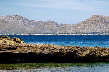 Baai voor het schiereiland La Victoria in Mallorca van Reiner Conrad
