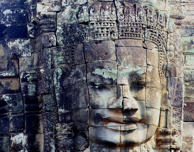 Antiek stenen Boeddha, Bayon tempel, Cambodja van Inge Hogenbijl
