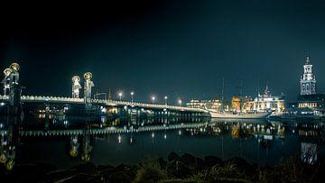 De Stadsbrug en IJssel kade van Kampen bij avond von Sander Knoester