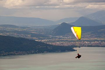 Zweven boven het meer van Annecy von Kees Maas