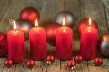 Kerstkaarsen met ballen ornamenten van Alex Winter