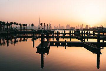 Marina mit Leuchtturm im Dubai Creek Harbour, Skyline und Burj Khalifa im Hintergrund
