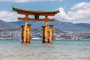 Itsukushima tori poort op het Miyajima eiland van Armin Palavra