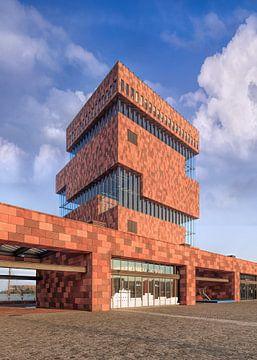 Musée MAS contre le ciel bleu avec des nuages dramatiques, Anvers 1 sur Tony Vingerhoets